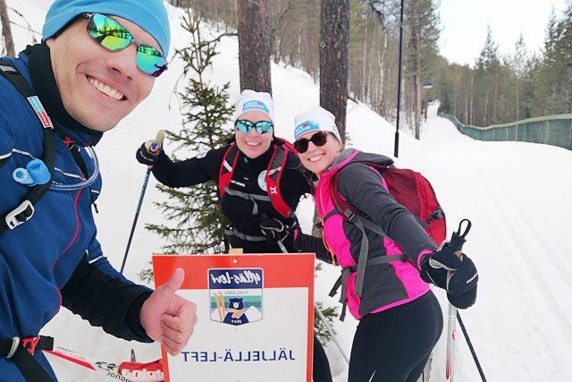 Latuun tutustumassa Rostislav, Johanna ja Marja-Liisa.