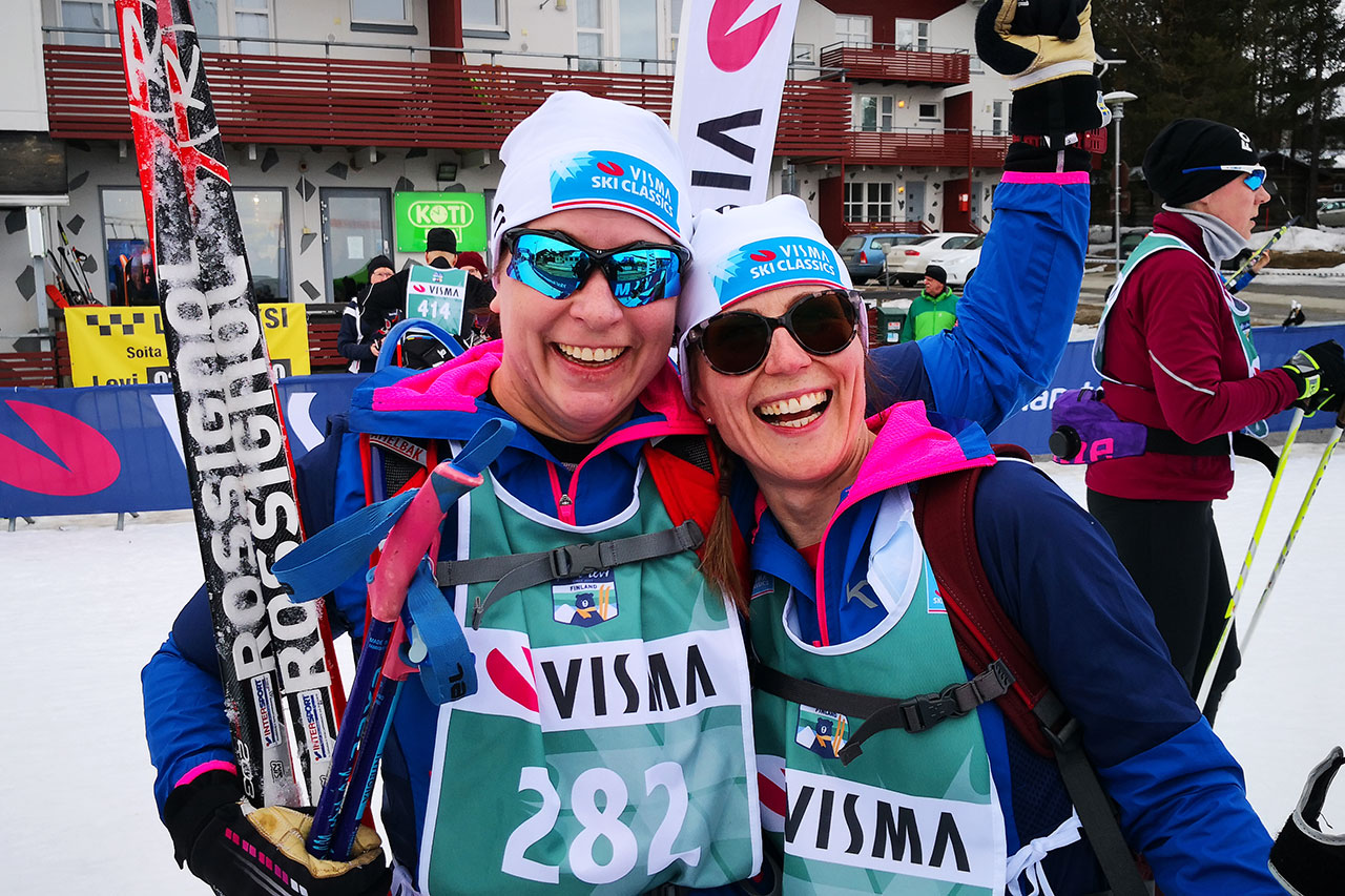 Johanna ja Marja-Liisa Visma Ski Classics Ylläs-Levi hiihdon maalissa.