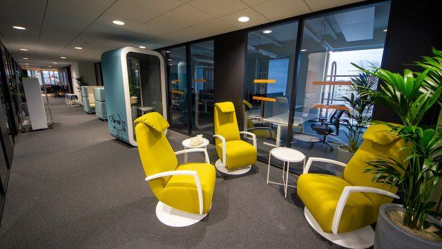Lappeenrannan toimistolla on useita rentoja kokoontumispaikkoja, mutta myös omia tiloja hiljaisuutta kaipaaville.